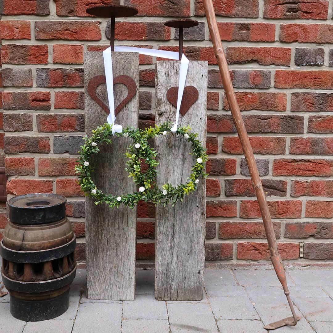 Hochzeitsringe als ideales Hochzeitsgeschenk draußen dekoriert